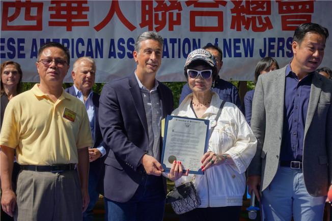 貝勒維爾市長Michael Melham(左二)表彰林潔輝。(記者謝哲澍/攝影)
