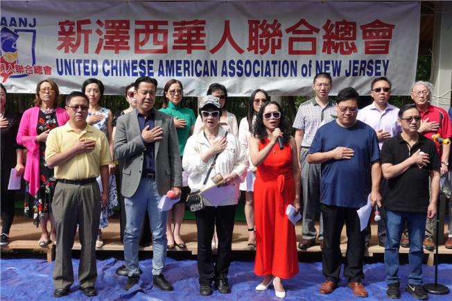 聯合總會成員共唱美國國歌。(記者謝哲澍/攝影)