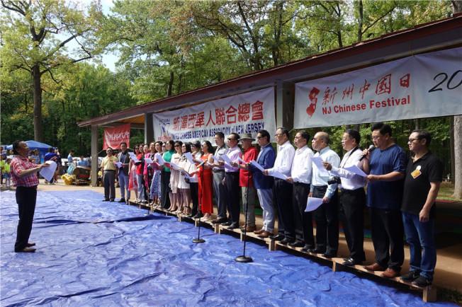 聯合總會成員共唱「東方之珠」,祝願香港社會和平、繁榮。(記者謝哲澍/攝影)
