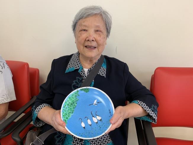 83歲的金蓓文視力不佳,但仍堅持作畫。(記者賴蕙榆/攝影)
