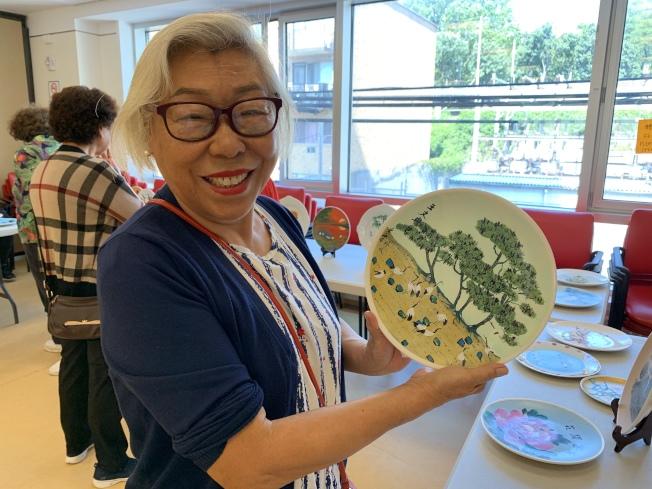 王文冉繪製兩個瓷盤畫參加聯展。(記者賴蕙榆/攝影)