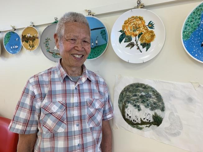 93歲的張詩明出展三個瓷盤畫和兩幅素描畫。(記者賴蕙榆/攝影)
