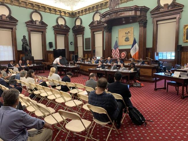市議會三部門4日召開聯合公聽會,就今年7月紐約市部分地區發生多次大規模停電事故問責聯合愛迪生電力公司。(記者和釗宇/攝影)
