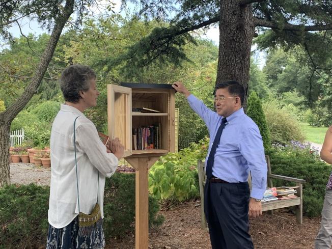 顧雅明(右)參與「免費小圖書館」啟用活動。(記者賴蕙榆/攝影)