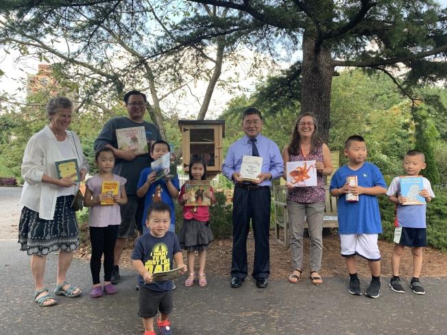 「免費小圖書館」即日起入駐法拉盛,歡迎各年齡層民眾取書閱讀,左一是拉瑟特,左三是Andy Yung,左六是顧雅明。(記者賴蕙榆/攝影)