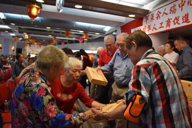 法拉盛華人工商促進會偕同美國合豐食品集團,10日到華策會人瑞中心派發467盒月餅給耆老。(記者顏嘉瑩/攝影)