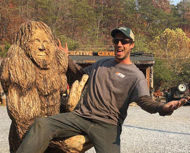 皮德爾森是一名鏈鋸的木雕藝術家,擅於用木雕表現動感。(皮德爾森提供)