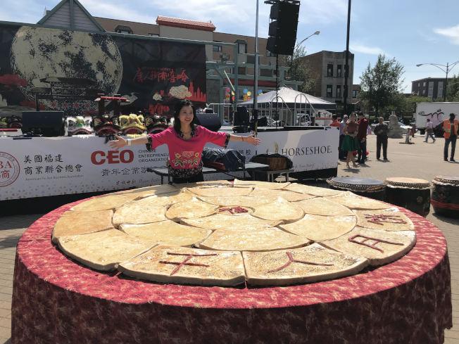 芝加哥中文學校校長徐婕雯展示千人大月餅。(記者吳政儀/攝影)