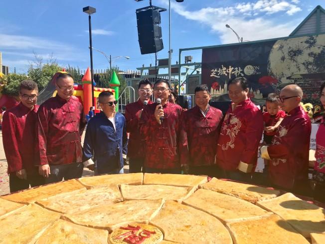切餅儀式由芝城福建商會會長鄭時坦(右四)主持。(記者吳政儀/攝影)