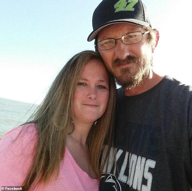 威廉士夫婦(見圖)的BB&T銀行帳戶突然多出12萬元,他們在兩周半內花了其中大部分,不僅面臨銀行追討,還被控多項罪名。(取自臉書)