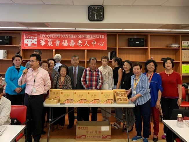 華商會9日在福壽老人中心派發200盒月餅。(記者賴蕙榆/攝影)