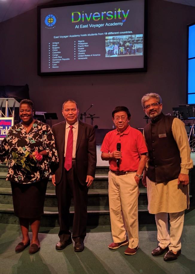 (左起)梅菲爾德與夏樂華人和印度人社區負責人李勐、陳宗理和Nimish Bhatt合影。(記者王政賢/攝影)