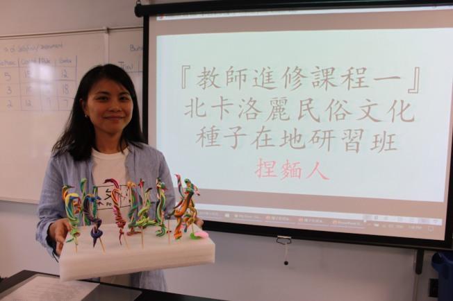 李佳陽老師教導北卡洛麗中文學校中文教師製作捏麵人。(黃文慶提供)