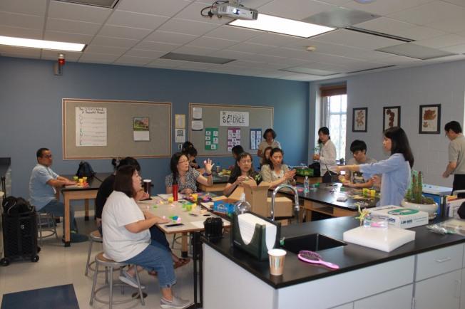 中文學校教師學習製作捏麵人。(黃文慶提供)