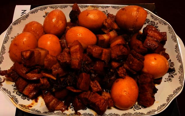 華人用紅燒肉「炫富」遭調侃。(張先生提供)