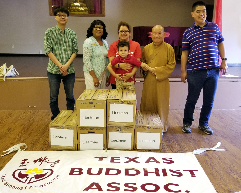 德州佛教會的義工與艾利夫學區的相關人員合影。
