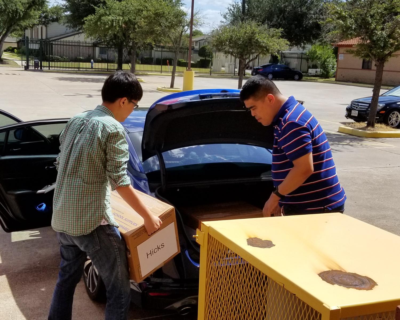 義工們將捐贈物品裝車運到學區。