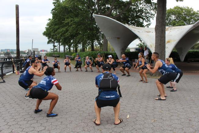 隊員們開訓前的熱身運動。(記者張晨/攝影)