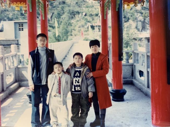 潘家三兄弟在長樂三溪家鄉與母親。(潘家三兄弟提供)