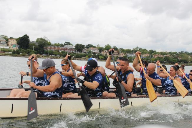 龍舟的團隊協作精神在訓練時就寫在每位隊員的臉上。(記者張晨/攝影)