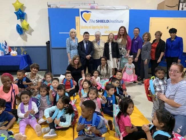 民代和社區人士10日到The Shield Institute,為特殊需求兒童發放書包。(記者賴蕙榆/攝影)