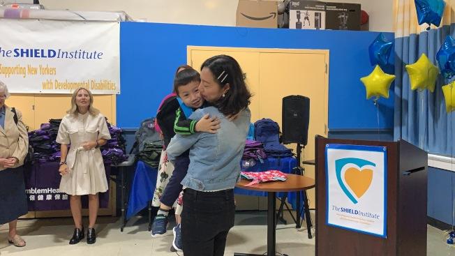 侯月(右)表示,自閉症孩子入校後逐漸開朗,更看見了孩子的成長。(記者賴蕙榆/攝影)