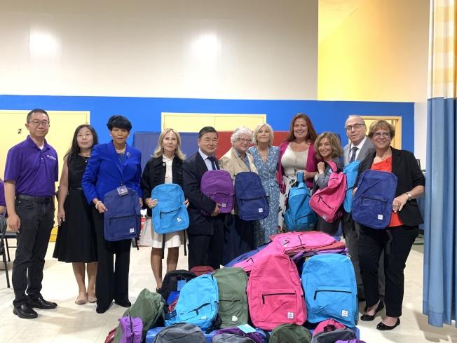 史塔文斯基(左六)和顧雅明(左五)等人10日為特殊需求兒童發放書包,送上關懷,右四是校長Leigh O'Malley。(記者賴蕙榆/攝影)