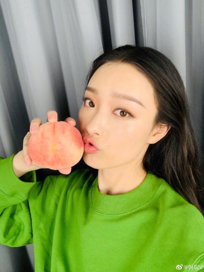 倪妮身著優衣庫2019秋季綠色衛衣。(倪妮微博)