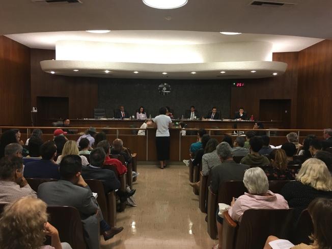 9日晚阿市市議會討論限制民眾在市議會發言時間案,吸引大量民眾參與。(記者陳開/攝影)