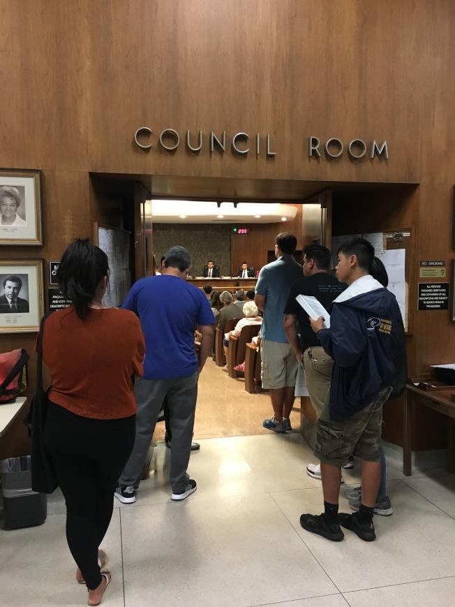 9日晚的市議會吸引大批民眾參與,部分民眾在門外聆聽。(記者陳開/攝影)