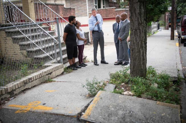 市長白思豪考察路樹損壞人行道情況,並宣布市府將不再對此向屋主開罰單。(市長辦公室提供)