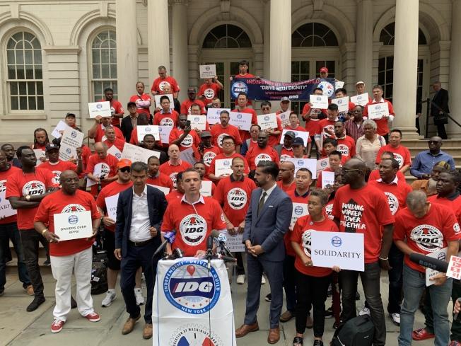 「獨立司機工會」10日舉行集會,抗議TLC未能對網約車公司進行有效監管,也未按照承諾提高司機工資,導致司機持續被網約車公司剝削。(記者和釗宇/攝影)