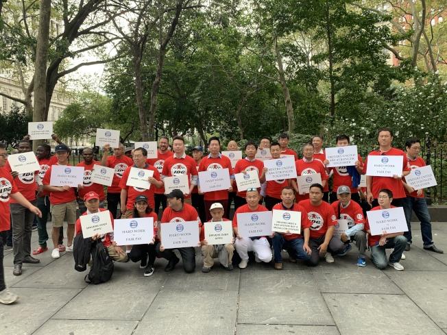 上百名網約車司機參加集會,其中近半數為華裔司機。(記者和釗宇/攝影)