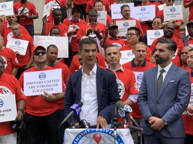 市議員羅格貴茲表示,支持改組TLC。(記者和釗宇/攝影)