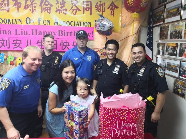 警員與陳佩霞(一排左二)為劉安兒(一排左三)慶祝兩歲生日。(本報檔案照)
