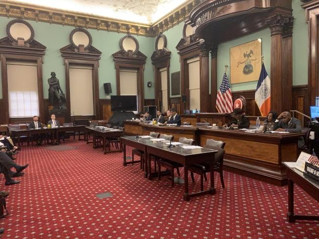 市議會交通委員會10日舉行公聽會,就TLC的網約車和計程車市場監管政策進行聽證。(記者和釗宇/攝影)