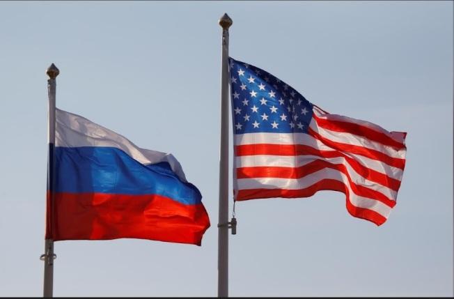 在川普的「通俄門」之後,又爆出美國在克里姆林宮安插間諜。圖為俄羅斯與美國國旗。(路透)