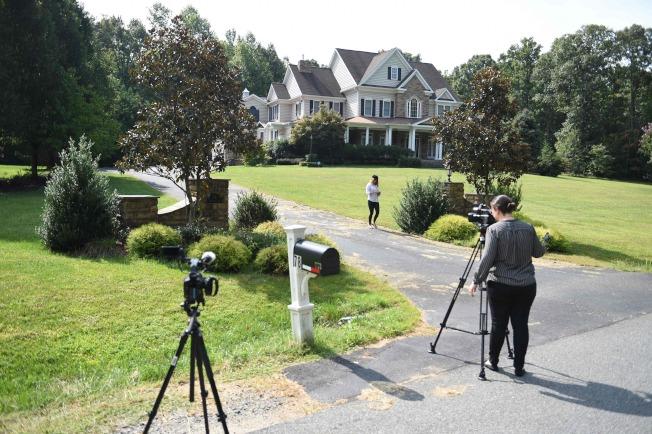 據說這是美國間諜斯莫連科夫在維吉尼亞州的住宅,美國媒體在案情曝光後,紛紛趕到現場採訪報導。(Getty Images)