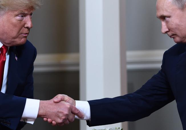 據說由於川普的幾句話露餡,華府急撤臥底俄羅斯總統普亭身邊的美國間諜。圖為2017年7月,川普(左)與普亭在德國舉行的G20峰會上雙邊會談。(美聯社)