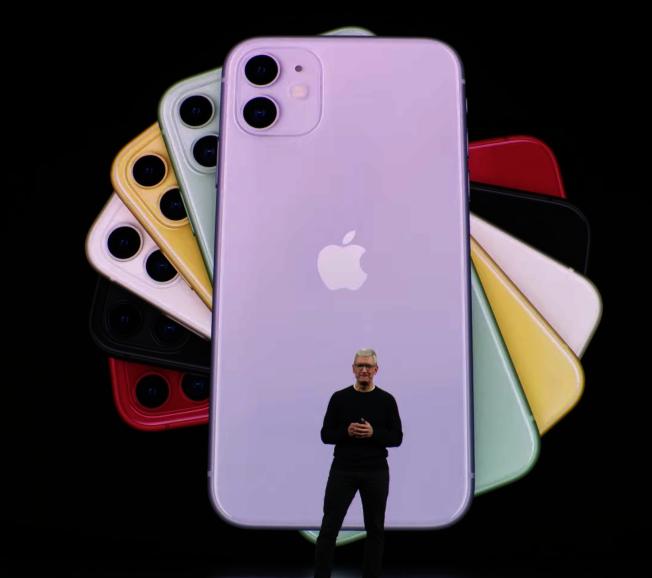 iPhone 11手機最大亮點在於顏色與價格,今年推出六種新顏色,包括紫色、綠色、黃色、白色、紅色和黑色。(截圖自Apple Youtube)