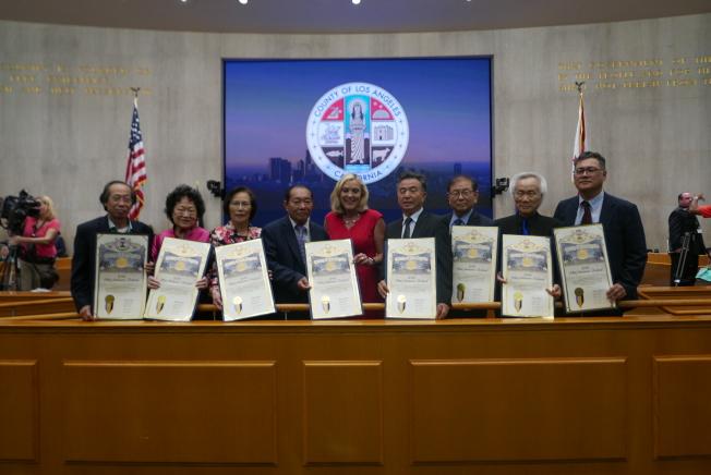 巴傑(中)頒發獎狀給中華會館和美洲韓裔財團。(記者李雪/攝影)