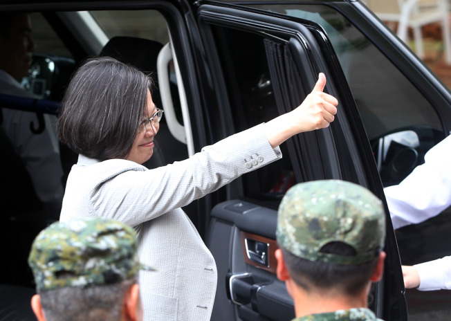 蔡英文總統10日到桃園市武漢營區視導特戰官兵戰技,對操演的士兵比讚。(記者邱德祥/攝影)