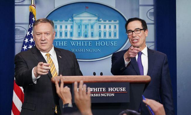 川普宣布開除波頓後,美國國務卿龐培歐(左)和財政部長米姆勤出席白宮記者會,龐培歐在記者會坦承他與波頓意見不合。(Getty Images)