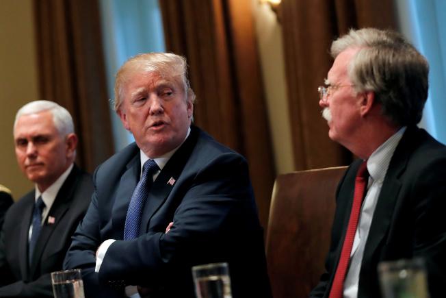 川普總統(中)宣布開除國家安全顧問波頓(右),圖為波頓出席白宮內閣會議,左為副總統潘斯。(路透)