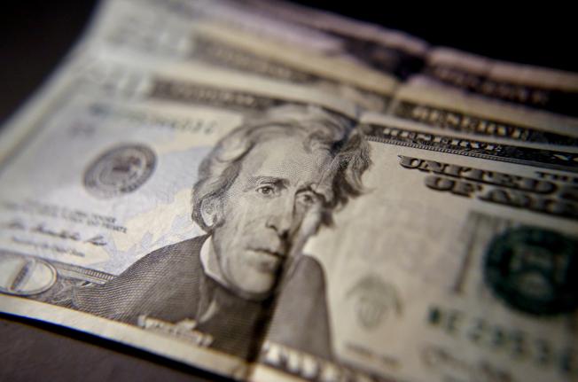 根據最新10日公布人口普查資料,美國家庭收入增加,年均收入達6萬3000餘元。(美聯社)