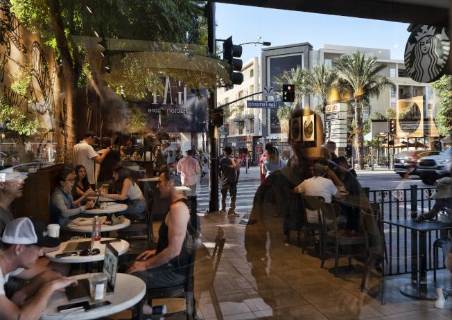 2019年美國經濟強勁,消費者願意花錢上館子。圖為加州波班克餐館高朋滿座。(美聯社)