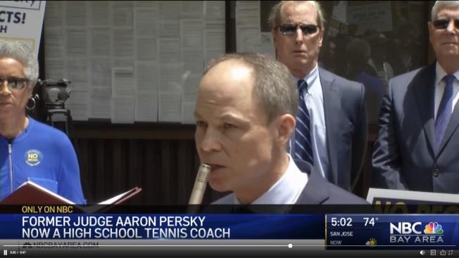 因輕判史丹福大學性侵犯遭到罷免的前法官佩斯基轉當高中網球教練。(電視新聞截圖)