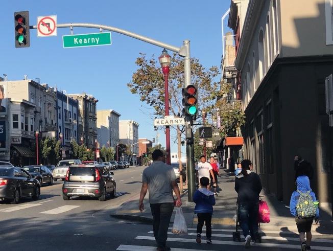 一名82歲華裔老人在華埠旁的百老匯街近乾尼街處無故被一名非裔男子攻擊受傷。(記者李秀蘭/攝影)