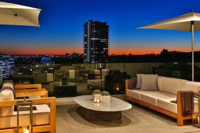坐在露台可欣賞夕陽美景。(房地產經紀公司提供)