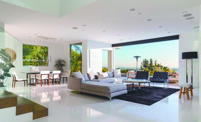 配備超大玻璃牆的客廳,可通往戶外。(Realtor)
